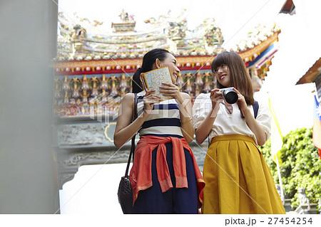 台湾観光 寺院を巡る女性達 27454254