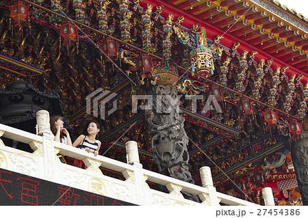 台湾観光 寺院を巡る女性達 27454386