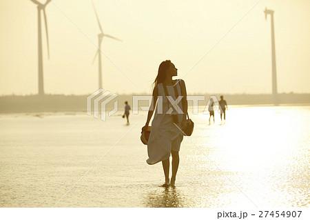 台湾を観光する女性 高美湿地 27454907