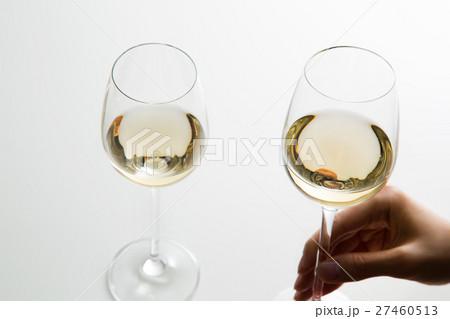 白ワインを持つ女性の手の写真素材 [27460513] - PIXTA