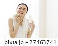 ヨガ ピラティス 休憩 デトックス フィットネス ヨガスタジオ 水分補給 エクササイズ 女性  27463741