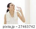 ヨガ ピラティス 休憩 デトックス フィットネス ヨガスタジオ 水分補給 エクササイズ 女性  27463742