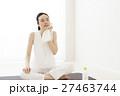 ヨガ ピラティス 休憩 デトックス フィットネス ヨガスタジオ 水分補給 エクササイズ 女性  27463744