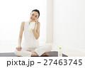 ヨガ ピラティス 休憩 デトックス フィットネス ヨガスタジオ 水分補給 エクササイズ 女性  27463745