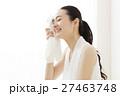 ヨガ ピラティス 休憩 デトックス フィットネス エクササイズ 女性 若い女性 ヨガスタジオ 27463748