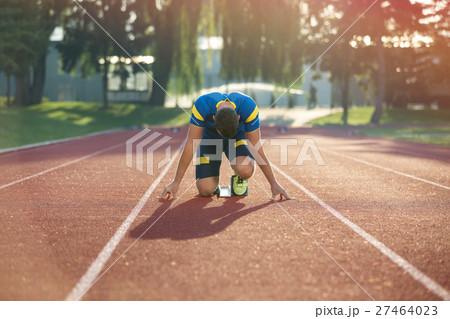 Track runner in starting position on sunny morningの写真素材 [27464023] - PIXTA