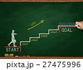黒板とチョークで描いた階段を上るビジネスマン 27475996