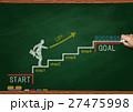 黒板とチョークで描いた階段を上るビジネスマン 27475998