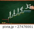 黒板とチョークで描いた階段を上るビジネスマン 27476001
