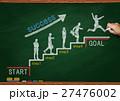 黒板とチョークで描いた階段を上るビジネスマン 27476002