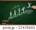 黒板とチョークで描いた階段を上るビジネスマン 27476003