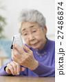 ガラケーを使うシニア女性 27486874