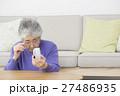 ガラケーを使うシニア女性 27486935