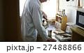 一人暮らしをする高齢者 食事 27488866