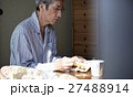 一人暮らしをする高齢者 お弁当 27488914