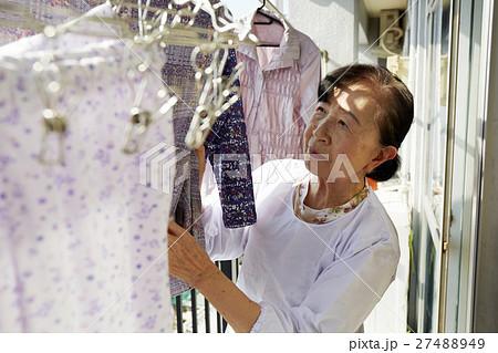 一人暮らし 高齢者 洗濯物を干す女性 27488949