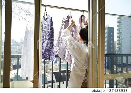 一人暮らし 高齢者 洗濯物を干す女性 27488953