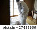 一人暮らしをする高齢者 寝具を畳む男性 27488966