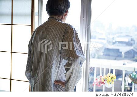 一人暮らしの高齢者 外を眺める男性 27488974