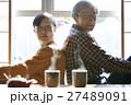 老夫婦 二人暮らし 背中合わせの写真 27489091