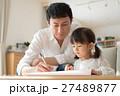 親子 子ども お絵かきの写真 27489877