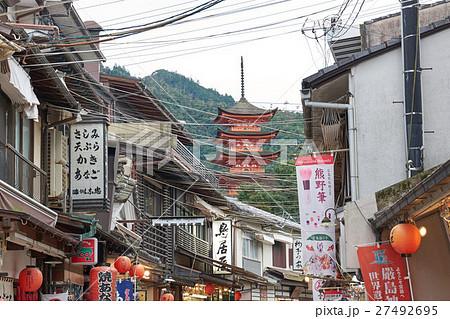 五重塔が見える宮島表参道商店街、広島県 27492695