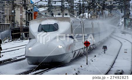 雪の米原駅を通過するN700系 27492825