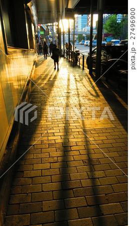夕暮れの西日暮里駅前の風景 27496900