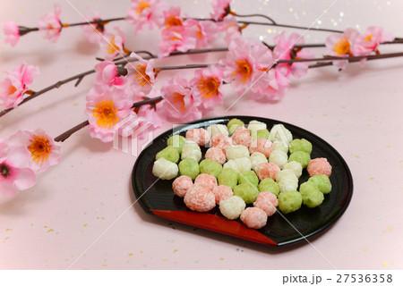 ひなまつりのひなあられと桃の花 27536358