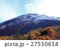 富士初冠雪と紅葉02 27550658