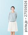 20代 女性モデル(青背景) 27550926