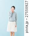 20代 女性モデル(青背景) 27550927