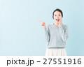 20代 女性モデル(青背景) 27551916