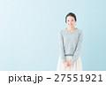 20代 女性モデル(青背景) 27551921