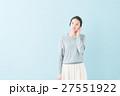 20代 女性モデル(青背景) 27551922