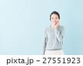 20代 女性モデル(青背景) 27551923