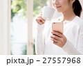 若い女性(コーヒー・スマホ) 27557968