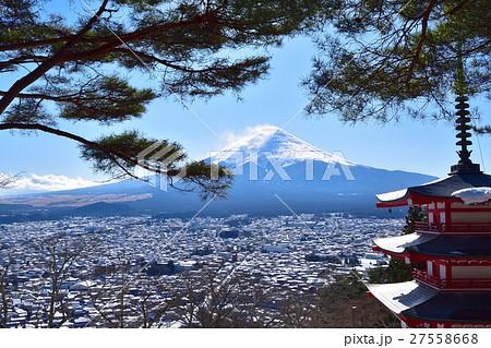 新倉山浅間公園からの雪の富士山の眺め 27558668