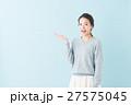 20代 女性モデル(青背景) 27575045