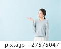 20代 女性モデル(青背景) 27575047