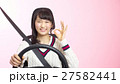 OKサインをする女性ドライバー(ピンク背景) 27582441