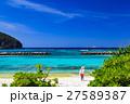 阿嘉島の前浜と女性 27589387