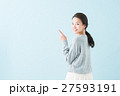 20代 女性モデル(青背景) 27593191