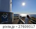 爪木崎海岸の灯台から伊豆七島を眺める人たち 27609317