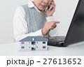 シニアと建物 マンション アパート 介護施設 白バック 27613652