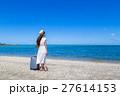 沖縄の海と若い女性 27614153