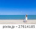沖縄の海と若い女性 27614185