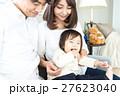 若い3人家族、赤ちゃん 27623040