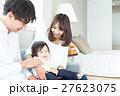 若い3人家族、赤ちゃん 27623075