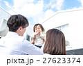 若い3人家族、赤ちゃん、高い高い、マイホーム、青空 27623374